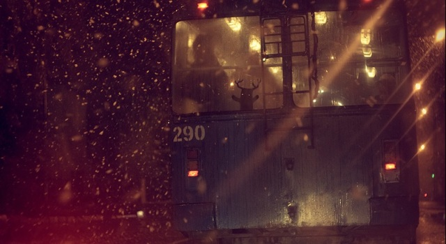 train_or_bus_night_snow_rain_lights_photography