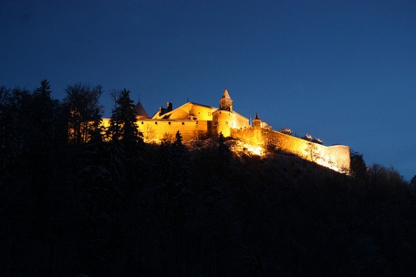 Castle-of-Gruyeres-by-night-Pierre-Schwaller-lyoba.ch-Copy-600x400